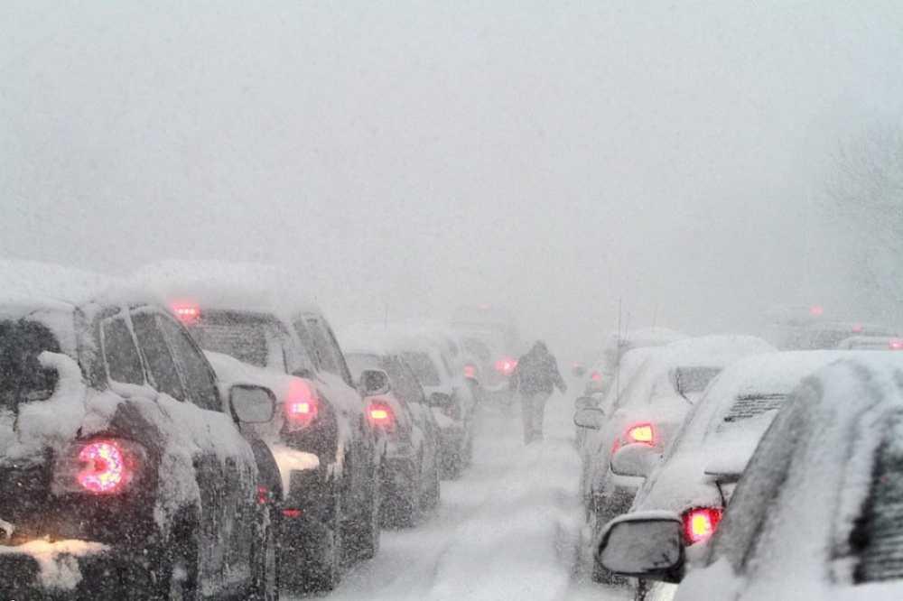 Под Красноярском из-за снегопада ограничили движение поР-257