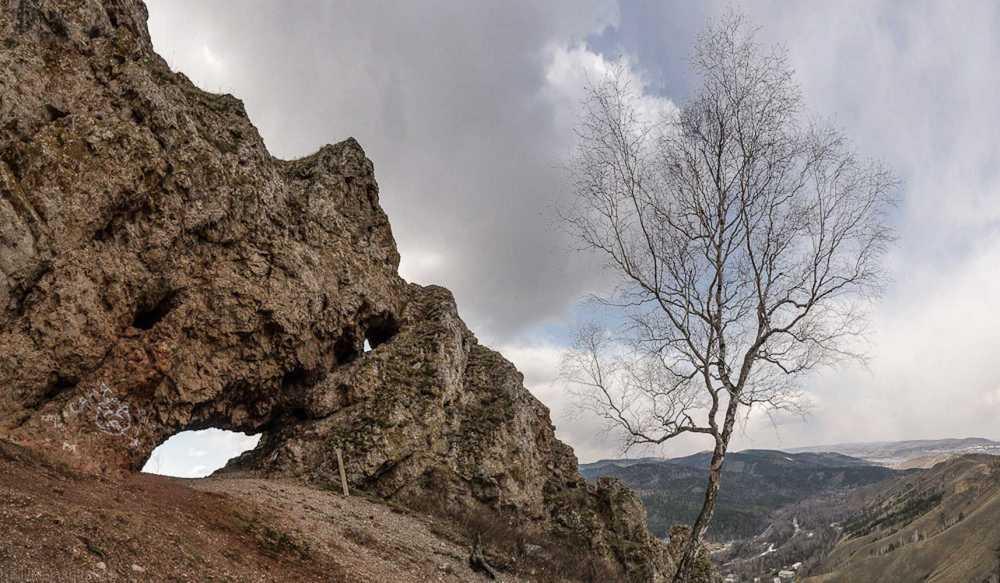 ВКрасноярском крае мужчина сорвался соскалы