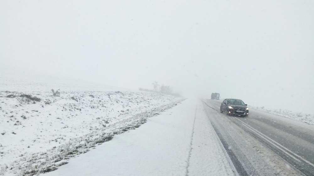 ВХакасии научастке федеральной дороги из-за снега затруднено движение