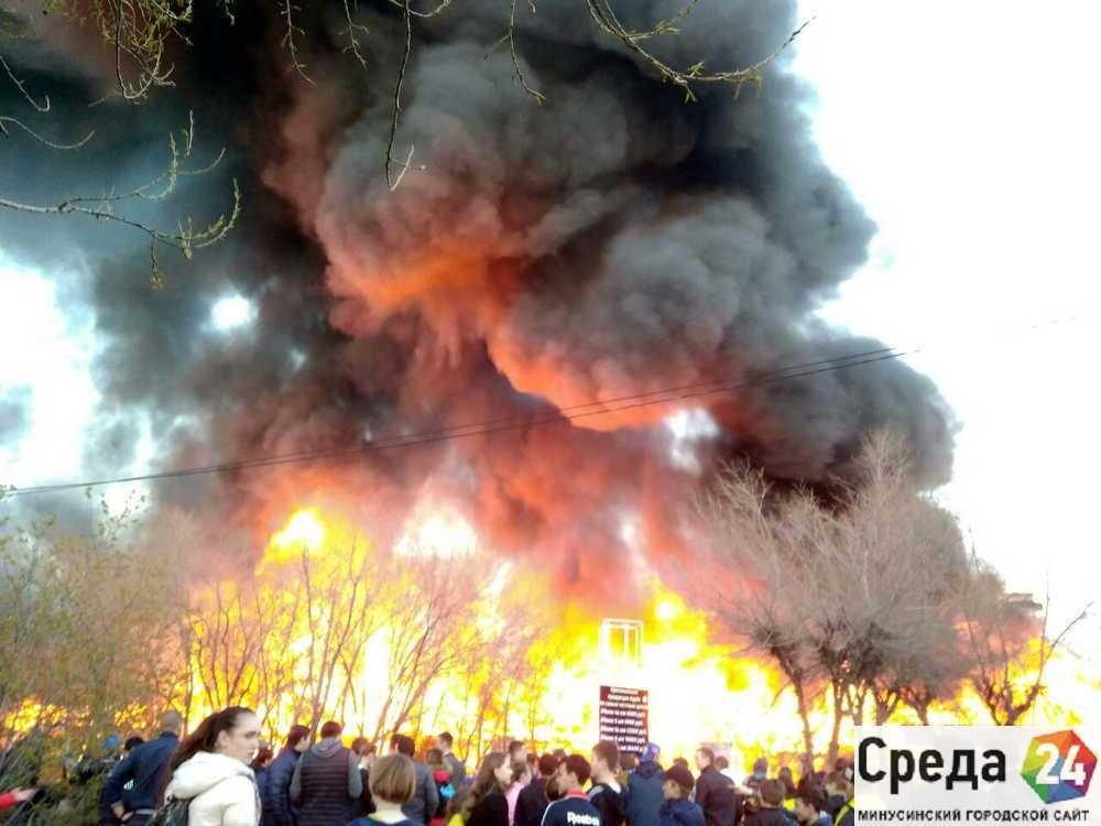 Серьезный пожар вМинусинске: пламенеют торговые павильоны